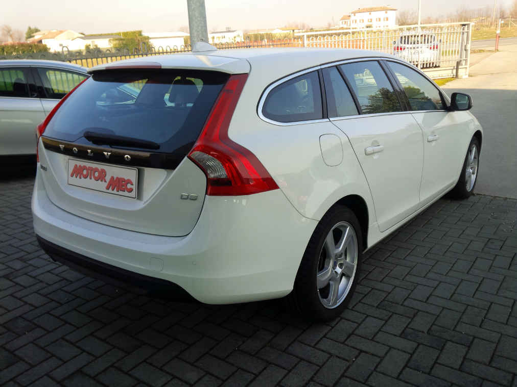 volvo v60 d3 2 0 d momentum bianca motormec auto veicoli commerciali. Black Bedroom Furniture Sets. Home Design Ideas